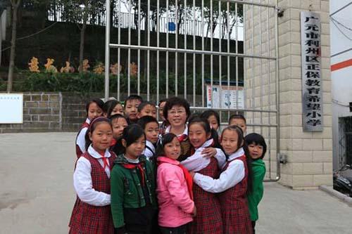 正保希望小学的学生们热烈拥抱正保教育慈善基金负责人